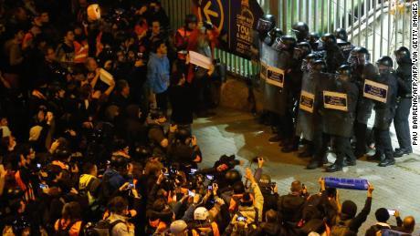 Agenti di polizia di guardia al di fuori del Camp Nou.