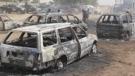 ติดอยู่ระหว่างสิ่งกีดขวางบนถนนพวกเขากำลังนั่งเป็ดเพื่อสังหารหมู่ Boko Haram