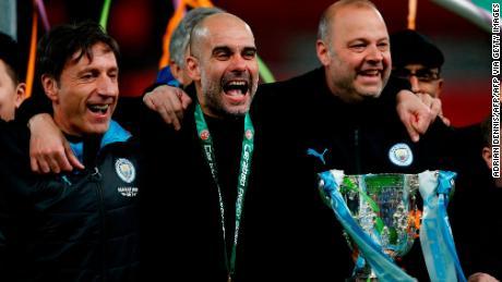 Guardiola festeggia con il suo dietro le quinte del personale.