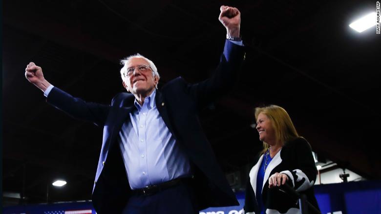 サンダースは妻のジェーン・O'ミアラ・サンダースを連れて、2020年3月3日火曜日、バージニア州エセックス・ジャンクションで行われる初夜の選挙集会で話をするために到着します。