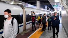 Die Passagiere steigen am Mittwoch aus dem ersten Zug aus Wuhan in der Stadt Nanning in der chinesischen Region Guangxi aus.