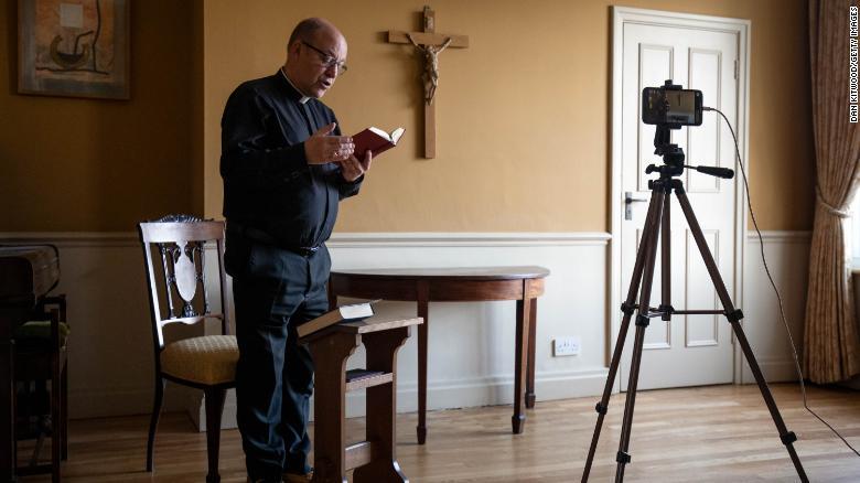 サウスワーク大聖堂の牧師であるアンドリューナン牧師は、2020年4月10日にイギリスのロンドンでライブビデオ放送を介して聖金曜日の朝の祈りを届けます。