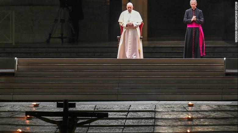 教皇フランシスは、2020年4月10日にバチカンのサンピエトロ広場で聖金曜日の十字架の道(十字架経由)を主宰します。