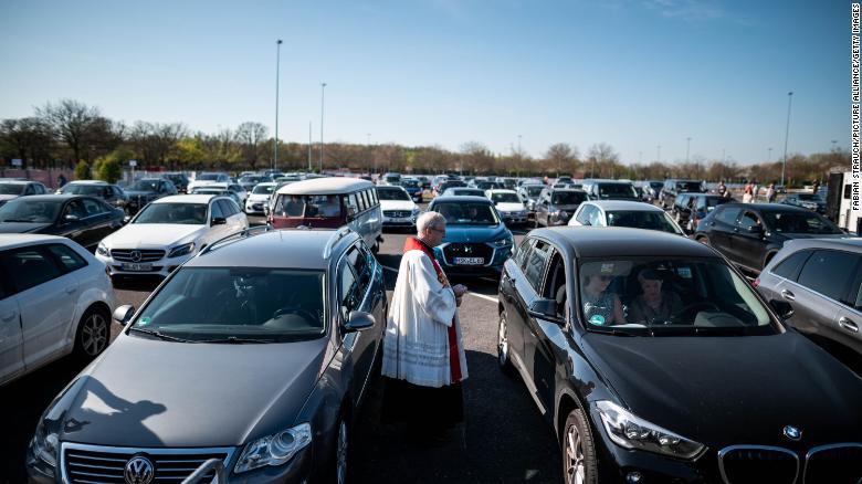 市長のフランクハイドカンプ牧師が、デュッセルドルフドライブイン映画館で車の中でサービスの訪問者に話しかけます。