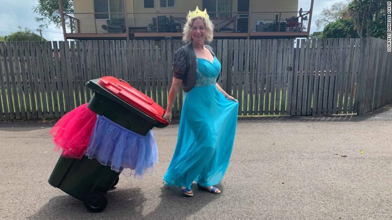 FacebookグループBin Isolation Outingを作成したDanielle Askewは、ここに彼女のゴミをすべてドレスアップして取り出しています。