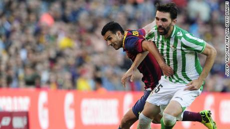 Jordi Figueras vies con il Barcellona in avanti Pedro mentre giocare per il Real Betis.