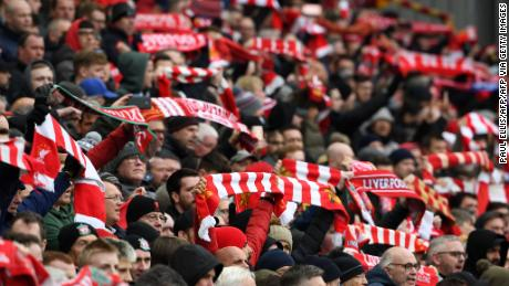 Tifosi del Liverpool pack stand ad Anfield.