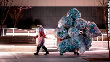 Коронавирус вызывает шквал пластиковых отходов. Участники кампании боятся, что это может быть постоянным