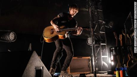 Keith Urban took to a stage on May 14 to perform for first responders at the Stardust Drive-In Movie Theater, about 40 miles east of Nashville, Tennessee.