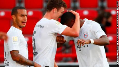Benjamin Pavarde abbracci David Alaba dopo il gol il Bayern's secondo e decisivo di gol nella vittoria per 2-0 sull'Unione di Berlino.