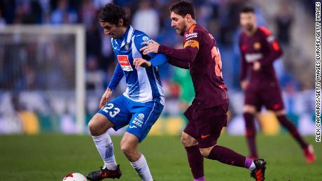 Lionel Messi tenta di affrontare Granero durante il Barcellona's La Liga scontro contro l'Espanyol nel 2018.