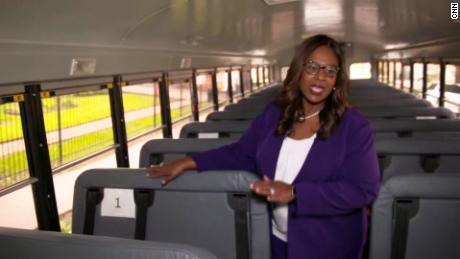 Lathan показывает, как дети будут расставлены во время езды на школьных автобусах.