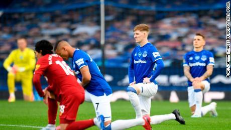 I giocatori e funzionari di prendere un ginocchio a sostegno del Nero Vite contano movimento prima che il Merseyside derby tra Everton e Liverpool al Goodison Park.