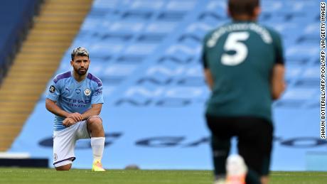 Il Manchester City l'attaccante Sergio Aguero (a sinistra) e Burnley difensore James Tarkovskij prendere un ginocchio a sostegno del Nero Vite contano movimento.