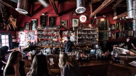 Владельцы баров в Техасе и Флориде закрывают свои двери во второй раз, опасаясь сокрушительных ударов