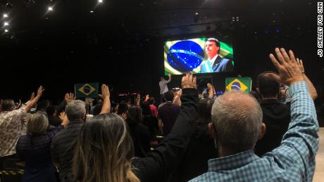 La congrégation de l'église évangélique Nucléo de Fé prie pour le président Jair Bolsonaro.