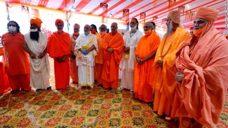 Sacerdotes hindúes se reúnen para una ceremonia de inauguración de un templo dedicado al dios hindú Ram en Ayodhya, India,