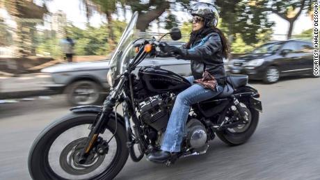 ผู้หญิงจำนวนมากขึ้นบนรถจักรยานยนต์และสกูตเตอร์กำลังขับรถชนถนนในอียิปต์