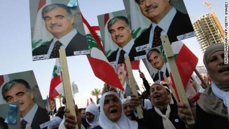 สตรีชาวเลบานอนถือโปสเตอร์ฮารีรีเดินขบวนในเบรุตเมื่อเดือนมีนาคม 2548