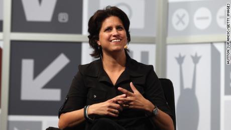 ผู้ก่อตั้ง OUYA Julie Uhrman พูดบนเวทีในงาน Keynote ของ Julie Uhrman + Josh Topolsky ในงาน 2013 SXSW Music, Film + Interactive Festival ที่ Austin Convention Center เมื่อวันที่ 11 มีนาคม 2013 ที่ Austin, Texas
