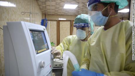 โรงพยาบาลที่ผู้ป่วยโควิด -19 รอให้คนอื่นตายก่อนจึงจะใส่เครื่องช่วยหายใจได้