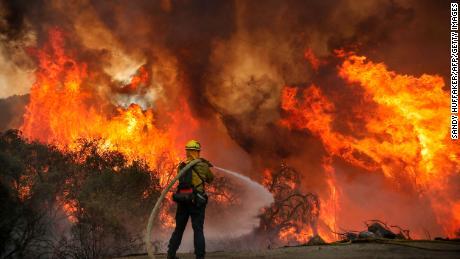 ไฟป่าบังคับให้อพยพคนทั้งเมืองในแคลิฟอร์เนียตอนกลาง