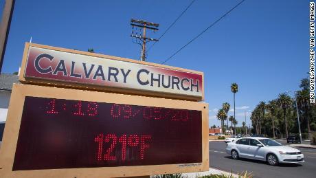 Le thermomètre enregistre un record de 121 degrés Fahrenheit à Woodland Hills, en Californie.