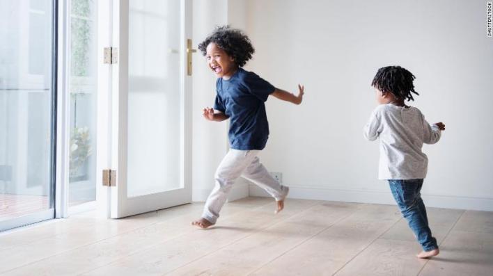 تسمح علاقات الأشقاء للأطفال بتجربة سلوك اجتماعي وعاطفي جديد ، خاصة عندما يتعلق الأمر بالصراع.