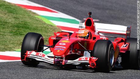 มิกชูมัคเกอร์ขับรถเฟอร์รารี F2004 ของไมเคิลชูมัคเกอร์พ่อของเขาก่อนการแข่งขัน F1 Tuscan Grand Prix ที่ Mugello Circuit
