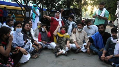 การประท้วงนอกโรงพยาบาล Safdarjung เมื่อวันที่ 29 กันยายน 2020 ในนิวเดลีซึ่งหญิงวัย 19 ปีเสียชีวิต 2 สัปดาห์หลังจากถูกแก๊งข่มขืน