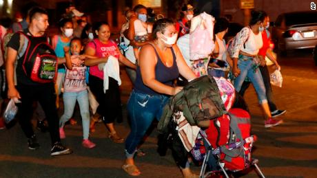 ผู้คนหลายร้อยคนเดินไปตามทางหลวงในเมืองซานเปโดรซูลาเมื่อวันพุธ