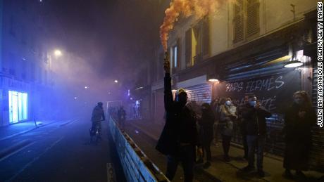 เจ้าของบาร์และร้านอาหารชาวปารีสแสดงท่าทีต่อต้านข้อ จำกัด ใหม่ในวันที่ 28 กันยายนด้วยการแขวนป้ายหน้าสถานที่จัดงาน