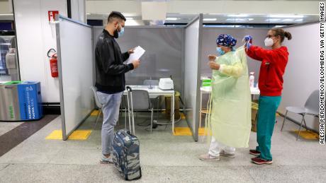 ผู้โดยสารคนหนึ่งกำลังรอรับการทดสอบ swab ที่ศูนย์ทดสอบ Covid-19 ที่สนามบิน Fiumicino ในกรุงโรมในวันที่ 25 กันยายน