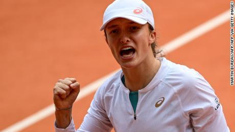 Swiatek ฉลองใน French Open รอบรองชนะเลิศกับ Nadia Podoroska