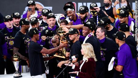 Lakers ฉลองด้วยถ้วยรางวัลหลังจากชนะการแข่งขัน NBA รอบชิงชนะเลิศปี 2020 ที่ Lake Buena Vista รัฐฟลอริดา