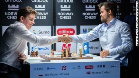 Jan-Krzysztof Duda (ซ้าย) ล้ม Magnus Carlsen ในการแข่งขันหมากรุกนอร์เวย์