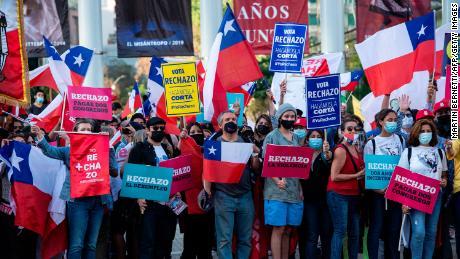 ผู้คนประท้วงการเปลี่ยนแปลงรัฐธรรมนูญในซานติอาโกเมื่อวันที่ 21 ต.ค.