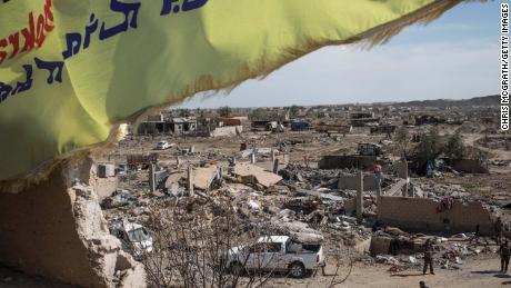 ธงกองกำลังป้องกันซีเรีย (SDF) บินผ่านค่าย ISIL ที่ถูกทำลายเมื่อวันที่ 23 มีนาคม 2019 ใน Baghouz ประเทศซีเรีย