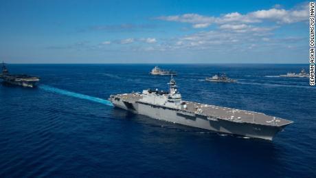 เรือพิฆาตเฮลิคอปเตอร์ของญี่ปุ่น JS Kaga พ่นไอน้ำกับเรือบรรทุกเครื่องบิน USS Ronald Reagan ระหว่างออกกำลังกาย Keen Sword 21