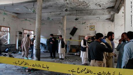 Una poderosa explosión de bomba arrasó el seminario islámico en las afueras de la ciudad de Peshawar, en el noroeste de Pakistán, el martes por la mañana, matando a algunos estudiantes e hiriendo a decenas más, dijeron la policía y un portavoz del hospital.
