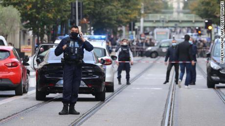 ฝรั่งเศส & # 39; จะไม่ยอมให้ก่อการร้าย & # 39;  Macron กล่าวหลังจากสามคนถูกแทงตายในการโจมตีโบสถ์
