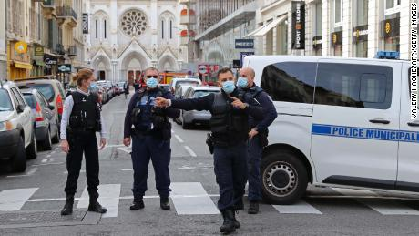 ตำรวจฝรั่งเศสบนถนนที่นำไปสู่มหาวิหารนอเทรอดามหลังเกิดเหตุในเมืองนีซ