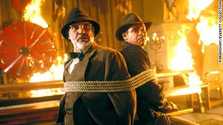 ฌอนคอนเนอรีซ้ายและแฮร์ริสันฟอร์ดเป็นภาพในปี 1989 ในฉากจาก & quot; Indiana Jones and the Last Crusade & quot;