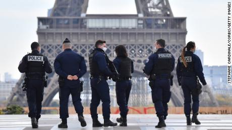 ความหวาดกลัวในฝรั่งเศสก่อให้เกิดการถกเถียงในระดับชาติเกี่ยวกับสิทธิในการรุกราน