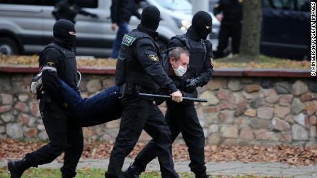 เจ้าหน้าที่ตำรวจควบคุมตัวผู้ประท้วงในวันอาทิตย์