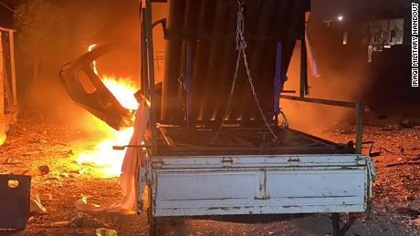 กองทัพอิรักปล่อยรูปถ่ายของเครื่องยิงจรวดที่ลุกโชนอยู่ที่ถนนแห่งหนึ่ง