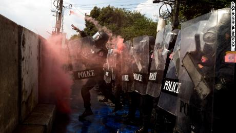 ตำรวจปราบจลาจลปาระเบิดควันใส่ผู้ประท้วงเพื่อประชาธิปไตยใกล้รัฐสภาในกรุงเทพฯเมื่อวันที่ 17 พฤศจิกายน 2563