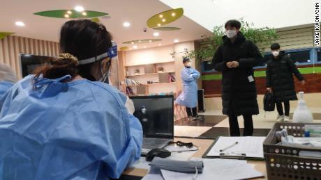 นักเรียนเตรียมสอบเข้าวิทยาลัยด้วยข้อควรระวังพิเศษเกี่ยวกับไวรัสโคโรนาที่ Dosun High School ในกรุงโซลประเทศเกาหลีใต้ในวันที่ 3 ธันวาคม 2020