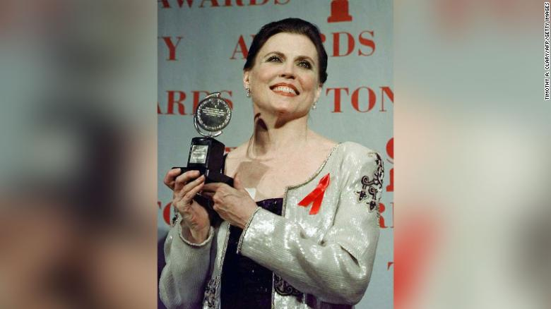 """Ann Reinking poses with her Tony Award for Best Choreography for the show """"Chicago"""" during the 1997 Tony Awards at Radio City Music Hall."""