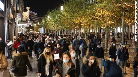 People crowd the Zeil shopping street in Frankfurt on December 15, the last day before a nationwide lockdown.